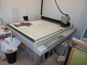 「アナプルナMv」で出力した物を立体成型するためにカッティングマシンで切り抜く