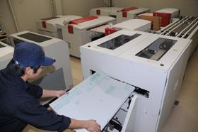製版室にコンパクトに並ぶ2台のCTP