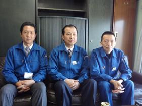 左より桑田取締役、江月社長、鈴木課長